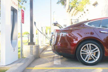 Tesla Model S u nabíjecí stanice